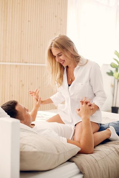 Bella coppia trascorrere del tempo in camera da letto Foto Gratuite