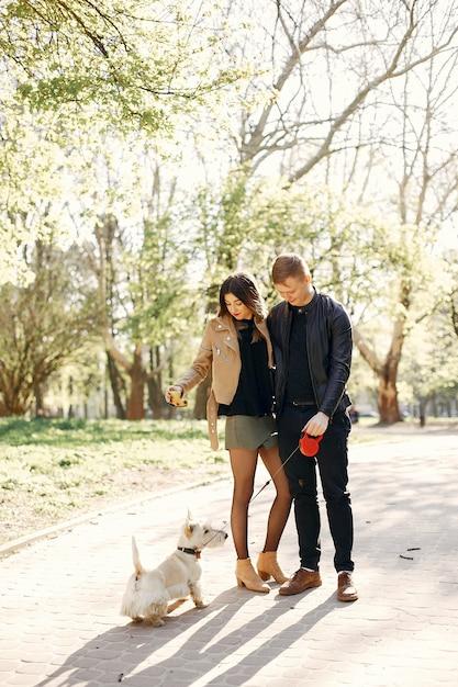Bella coppia trascorrere del tempo in un parco di primavera Foto Gratuite