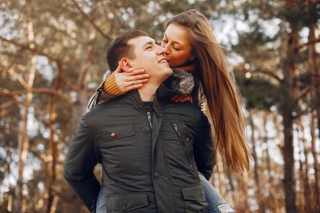 Bella coppia trascorrere del tempo in un parco estivo Foto Gratuite