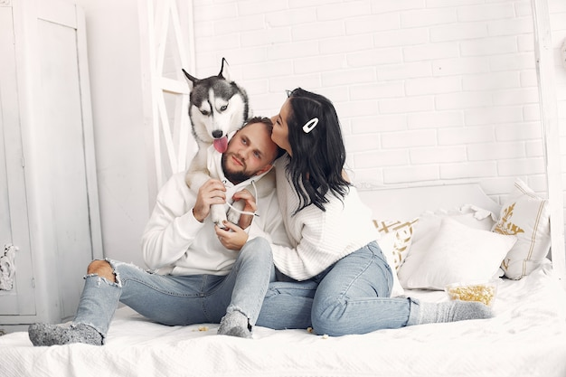 Bella coppia trascorrere del tempo in una camera da letto Foto Gratuite