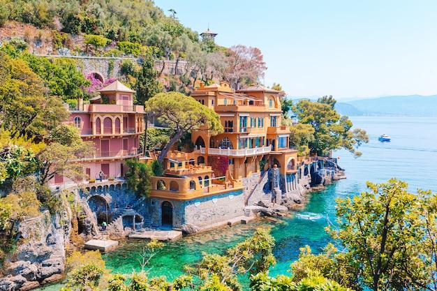 Bella costa del mare con case colorate a portofino, italia. paesaggio estivo Foto Premium