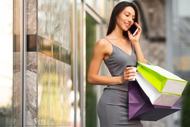 Bella donna a fare shopping Foto Gratuite