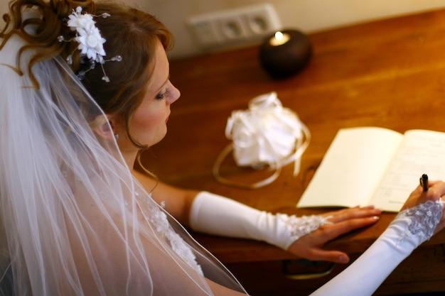 Bella donna adulta sul matrimonio Foto Gratuite