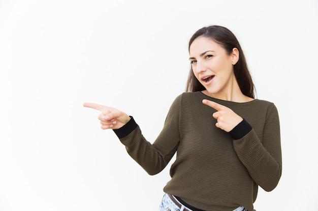 Bella donna allegra emozionante che indica i dito indice Foto Gratuite