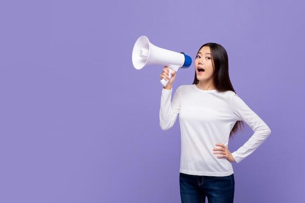 Bella donna asiatica che parla sul magaphone Foto Premium