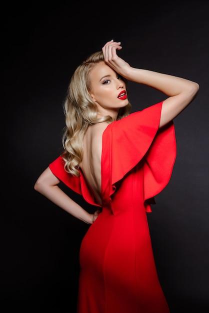 Bella donna bionda in abito da sera rosso Foto Gratuite