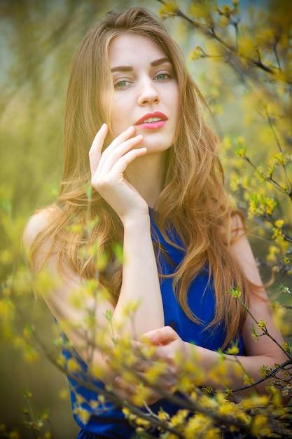 Bella donna bionda nel parco un caldo giorno di primavera Foto Gratuite