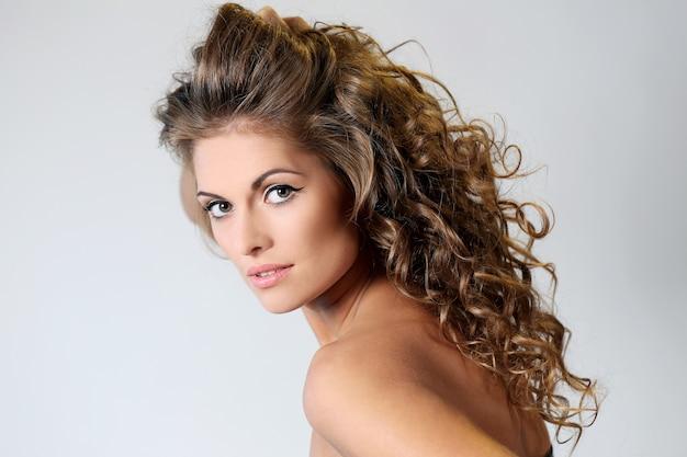 Bella donna bruna con riccioli Foto Gratuite