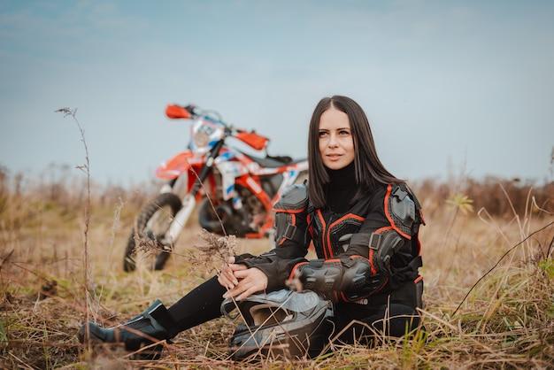 Bella donna bruna in abito da moto. Foto Premium