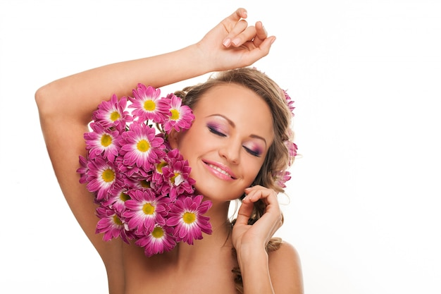 Bella donna caucasica con fiori freschi Foto Gratuite