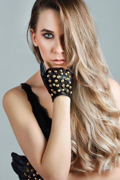 Bella donna caucasica con i capelli molto lunghi e gli ...