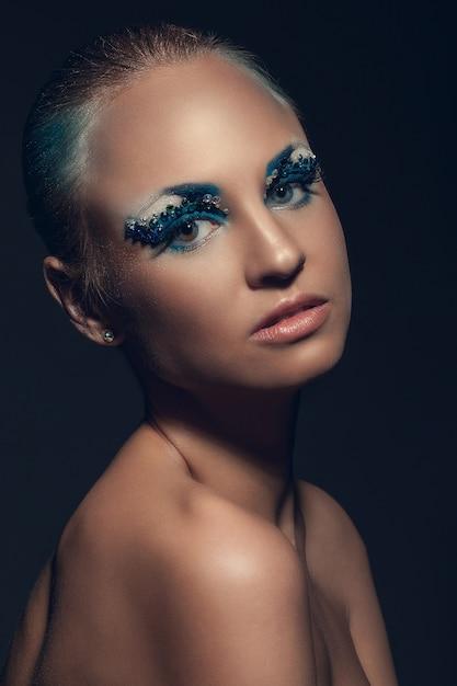 Bella donna caucasica con trucco artistico Foto Gratuite
