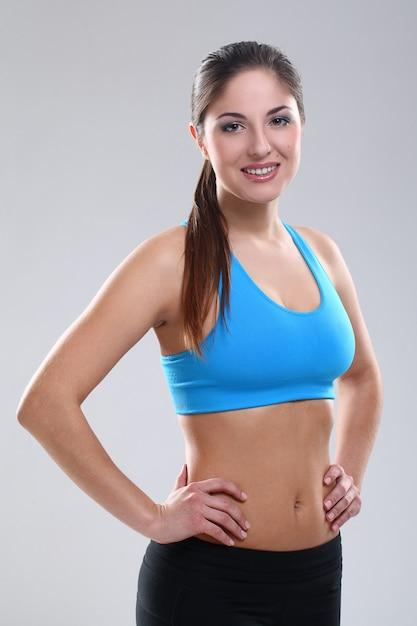 Bella donna caucasica in abbigliamento fitness Foto Gratuite
