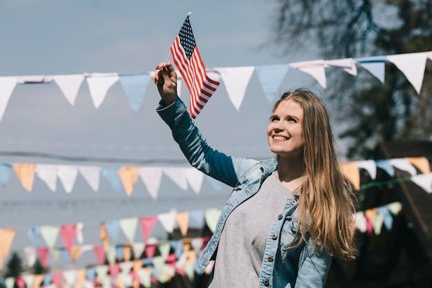 Bella donna che fluttua la bandiera usa al festival Foto Gratuite