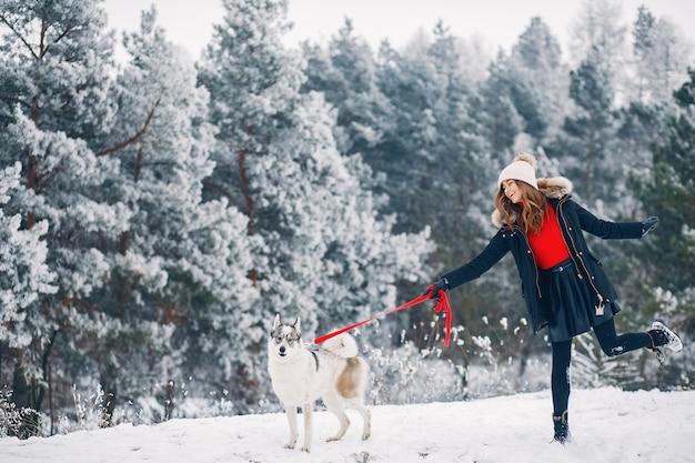Bella donna che gioca con un cane Foto Gratuite