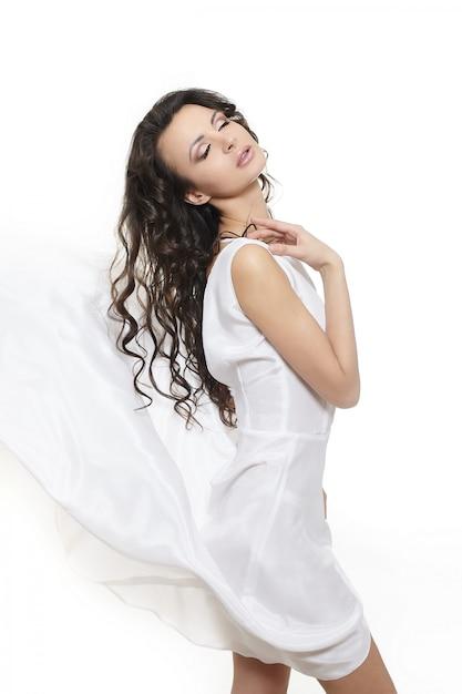 Bella donna che indossa abito bianco sposa lungo ondulato Foto Gratuite