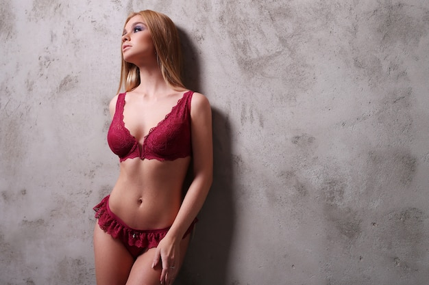 Bella donna che indossa lingerie rossa sexy Foto Gratuite