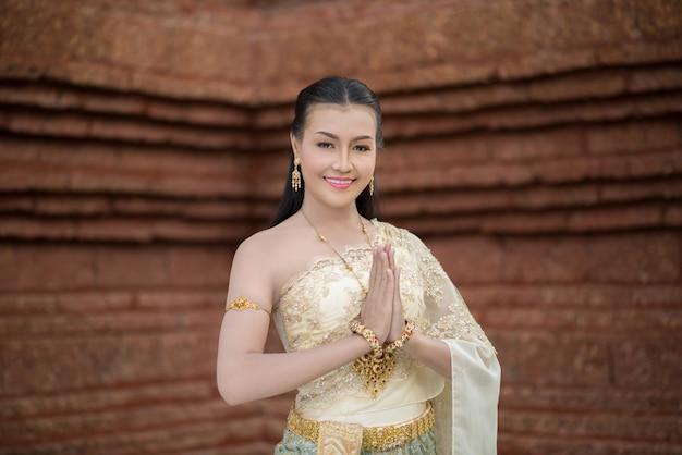 Bella donna che indossa un tipico abito thailandese Foto Gratuite