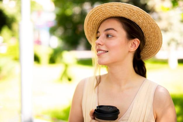 Bella donna che osserva via con un sorriso luminoso Foto Gratuite