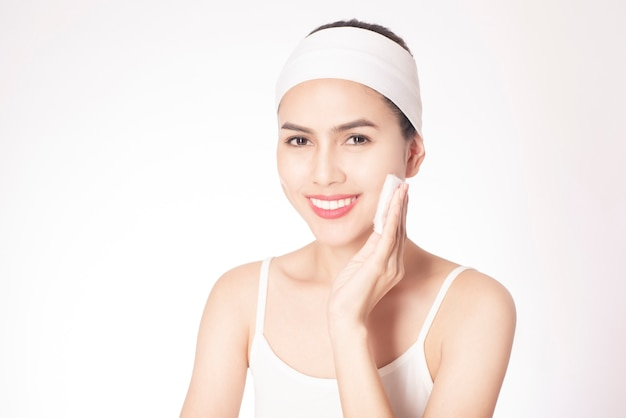 Bella donna che pulisce la sua faccia Foto Premium