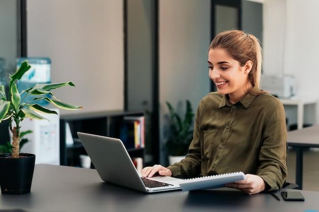 Bella donna che studia online a casa. Foto Premium