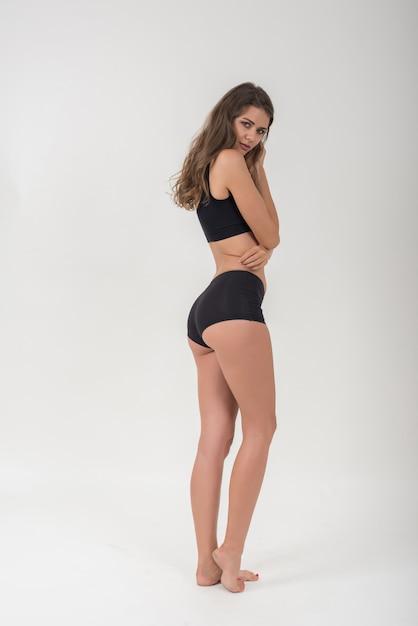 Bella donna con corpo sano su sfondo bianco Foto Gratuite