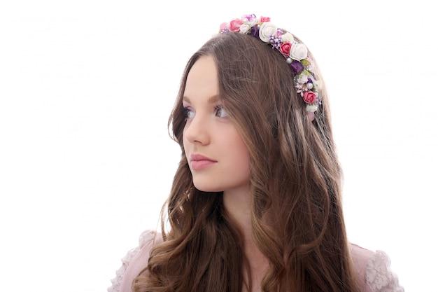 Bella donna con fiori alla testa Foto Gratuite