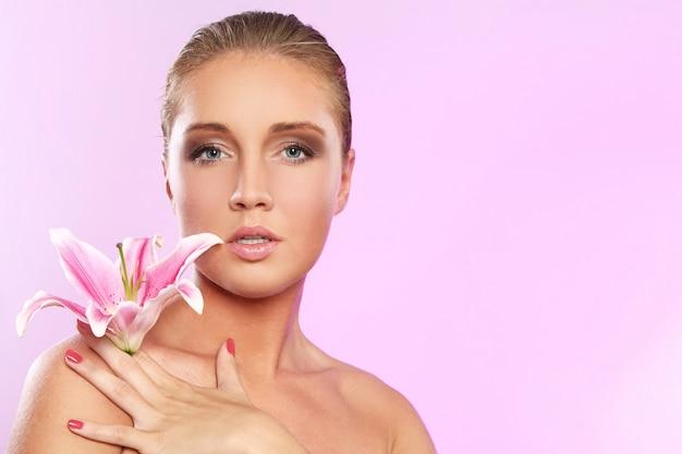 Bella donna con fiori di giglio Foto Gratuite