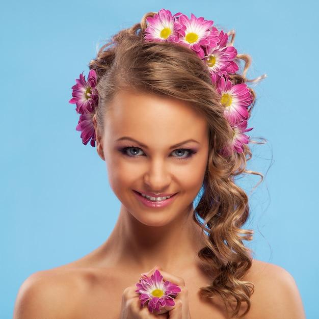 Bella donna con fiori tra i capelli Foto Gratuite