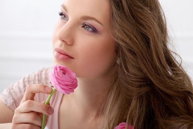 Bella donna con fiori Foto Gratuite