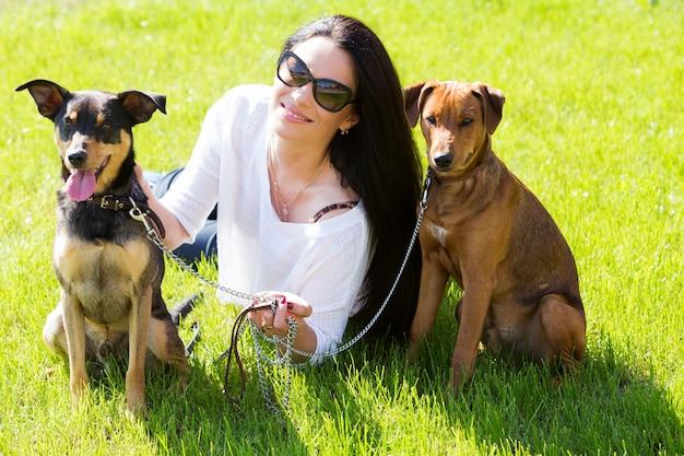 Bella donna con i cani Foto Gratuite