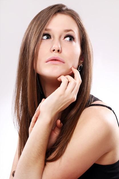 Bella donna con i capelli lunghi Foto Gratuite