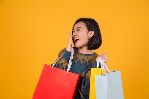 Bella donna con i sacchetti di carta commerciale Foto Premium