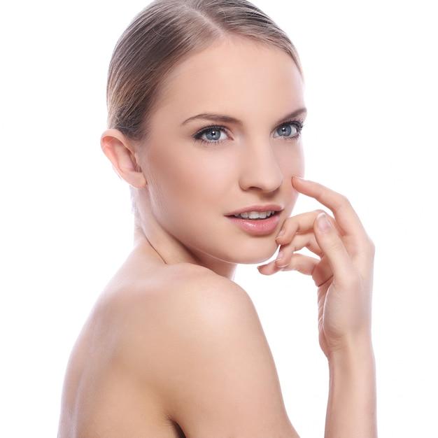 Bella donna con la faccia pulita Foto Gratuite
