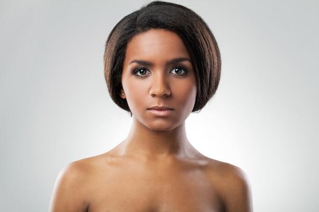 Bella donna con le spalle nude Foto Gratuite