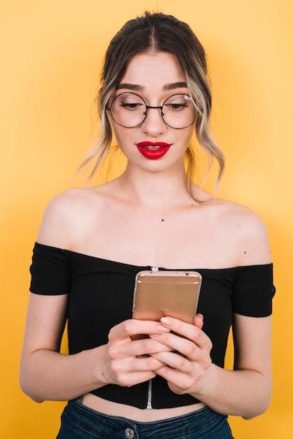 Bella donna con lo shopping online mobile Foto Gratuite