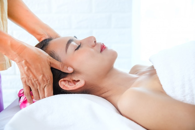 Bella donna con massaggio termale Foto Gratuite