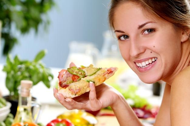 Bella donna con pizza Foto Gratuite