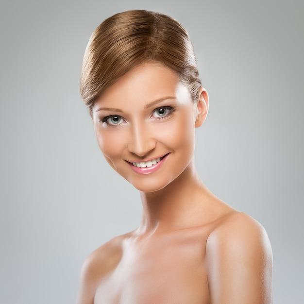 Bella donna con spalla nuda Foto Gratuite