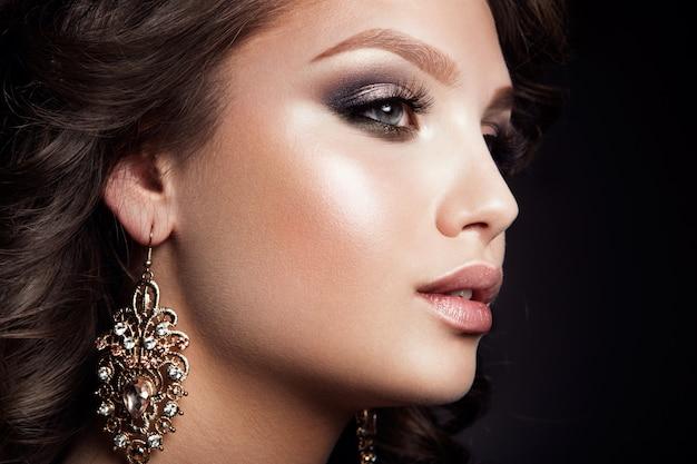 Bella donna con trucco professionale Foto Premium