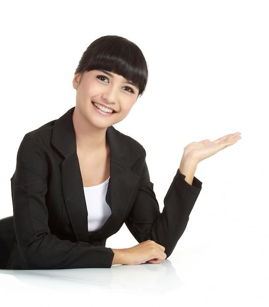 Bella donna d'affari, mostrando qualcosa con la sua mano Foto Premium