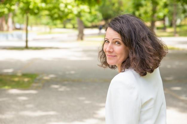 Bella donna felice che cammina nel parco Foto Gratuite