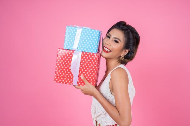 Bella donna felice con confezione regalo a sorpresa Foto Gratuite