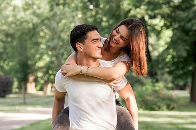 Bella donna guardando il suo fidanzato Foto Gratuite