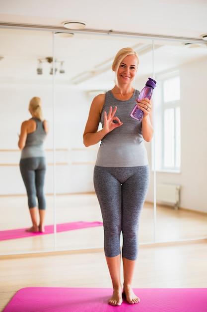 Bella donna in abiti sportivi pronti a esercitare Foto Gratuite