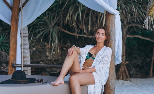 Bella donna in costume da bagno dall'oceano Foto Gratuite
