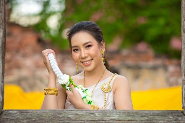 Bella donna in costume tradizionale tailandese antico, ritratto presso l'antico tempio di ayutthaya Foto Gratuite
