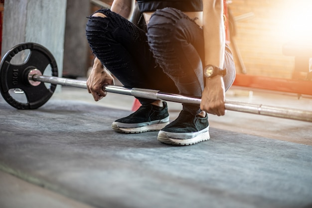 Bella donna in forma muscolare che esercita i muscoli della costruzione e fitness donna facendo esercizi in palestra. fitness - di stile di vita sano Foto Premium
