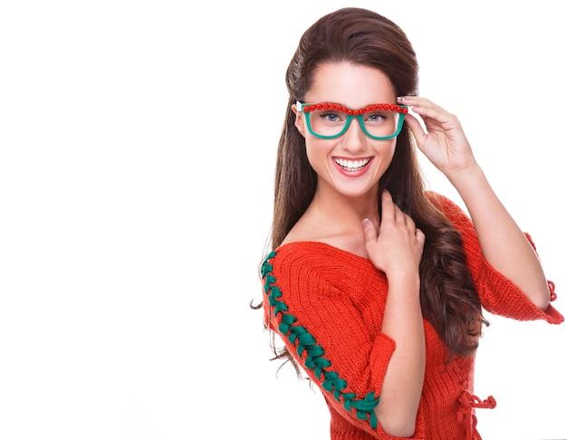 Bella donna in maglione rosso Foto Gratuite