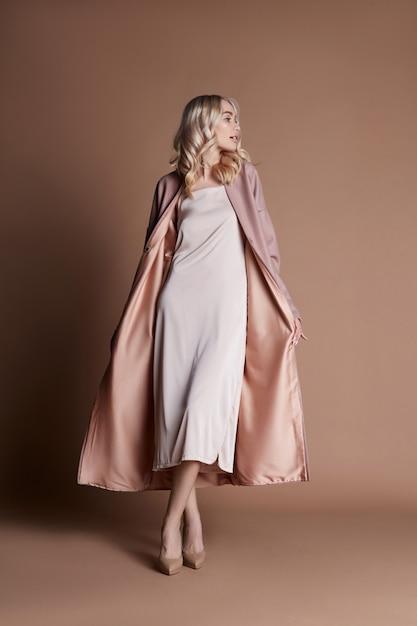 Bella donna in pelliccia con un gufo sul braccio Foto Premium